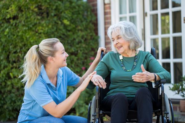 Cómo calmar a una persona con demencia senil - Sitúate a la misma altura para hablarle