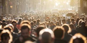 Miedo a la multitud o enoclofobia: síntomas, causas y tratamiento
