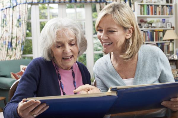 Actividades para personas con Alzheimer - Ver fotografías antiguas