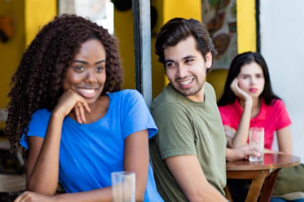 Mi novio mira a otras mujeres - Por qué los hombres miran a otras mujeres estando enamorados