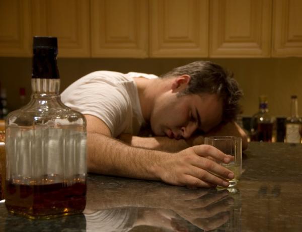 Cómo ayudar a un amigo alcohólico - Cómo tratar a un alcohólico agresivo