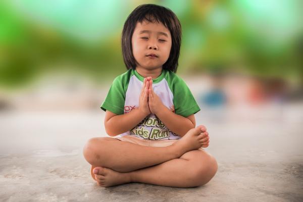 15 ejercicios de relajación para niños - 11. Yoga para niños