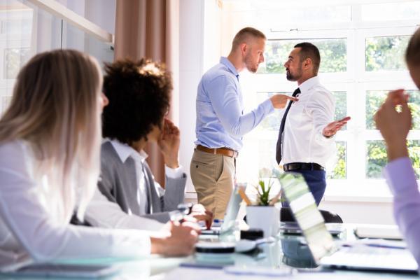 Características o perfil de una persona asertiva y no asertiva - Características de una persona no asertiva: comunicación agresiva