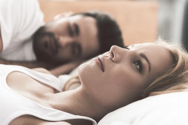 Por qué me cuesta dormir con mi pareja