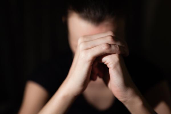 Agorafobia: qué es, causas, síntomas y tratamiento - Causas de la agorafobia