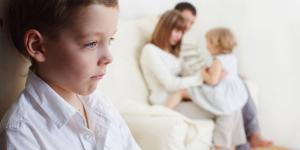 Celos entre hermanos: síntomas y cómo tratarlos