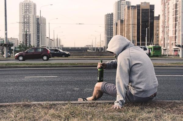 Orientaciones a familiares y pasos terapéuticos para ayudar al alcohólico - Negación y enfrentamiento: cómo ayudar a un alcohólico que no lo reconoce