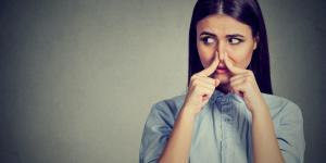 Cómo decirle a alguien que huele mal