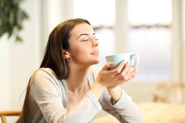 Como exercitar a mente - Fechar os olhos e tocar em diferentes objetos