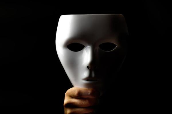 O que é a falsa modéstia na psicologia social?