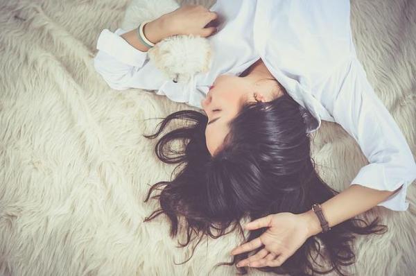 Melatonina para dormir: dosagem, contraindicações e alimentos